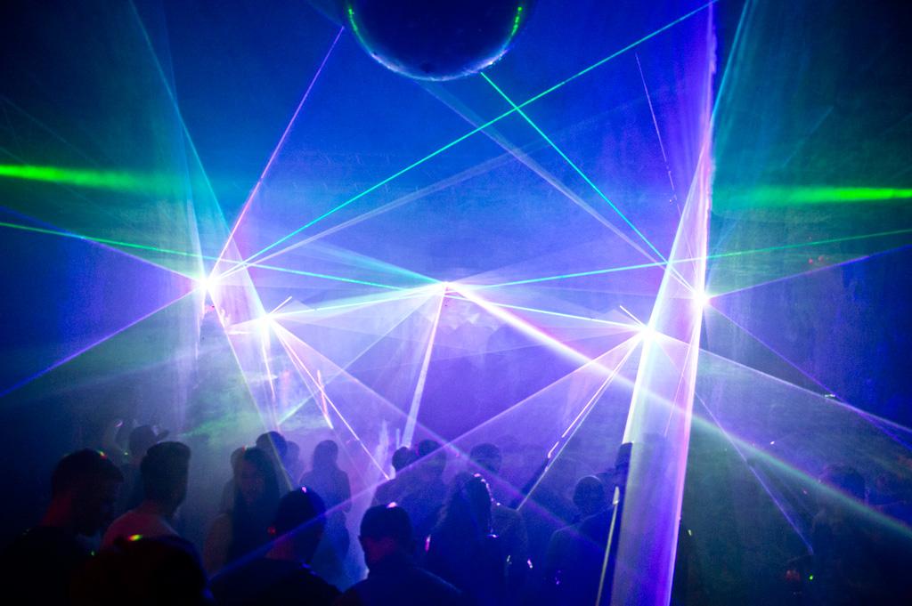 Passende Geräte für Lasershows gibt es auf Laserworld.com